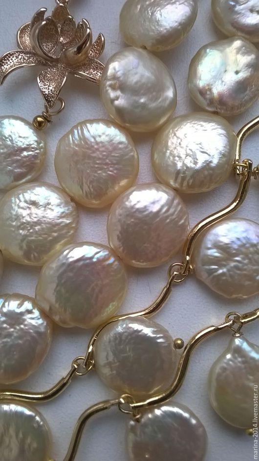 Изящный и сияющий комплект украшений из золотистого барочного жемчуга (`монетки`) и качественной южнокорейской фурнитуры:ожерелье, двухрядный браслет и длинные серьги.
