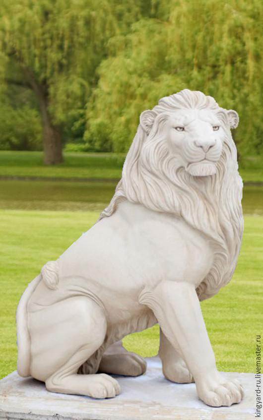 Большая скульптура льва в саду