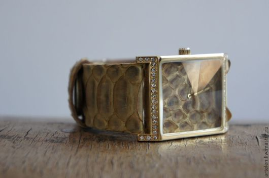 Часы `Королева змей` часы наручные, кожа змеи, песочный, золотистый, стразы, циферблат кожа, солнечный.
