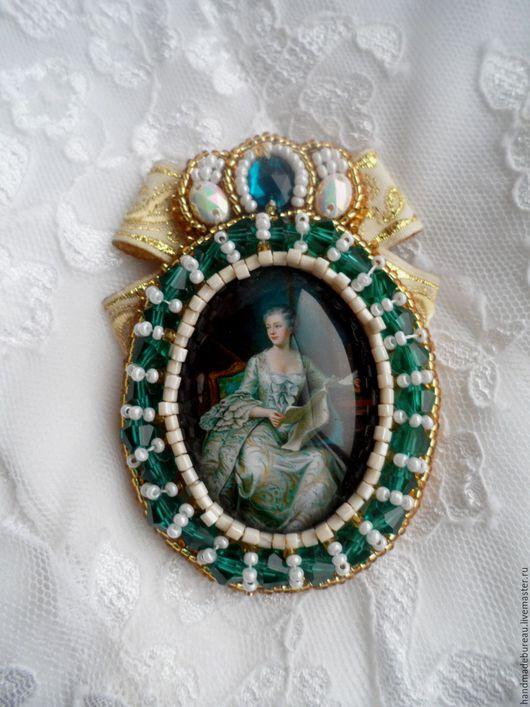 Брошь из бисера Её Высочество. Цена 1800 р.