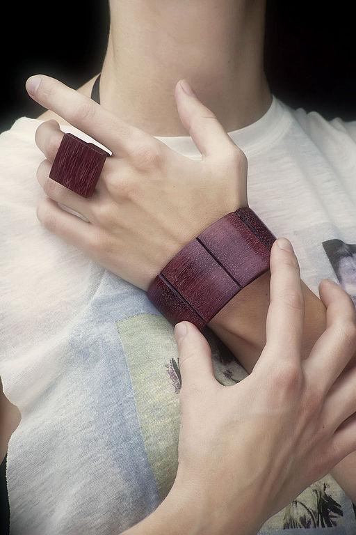 перстень из амаранта в примере с гибким браслетом (плоская форма).