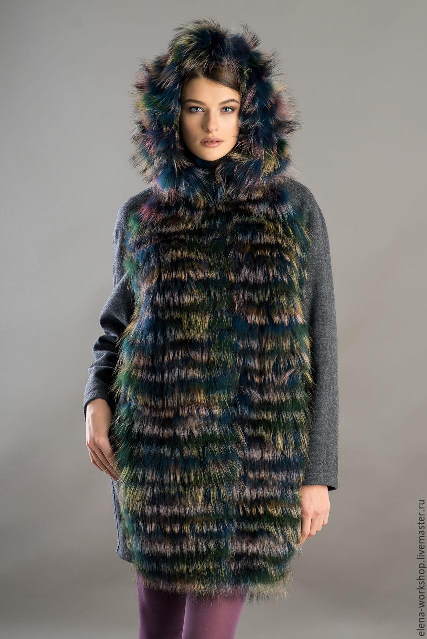 Пальто оверсайз. Основа - ткань лоден серого цвета. Передняя часть и капюшон расшиты мехом енота цвета `мультиколор`. Рукав - реглан. Подклад - натуральный шёлк. Застёжка на кнопки. Длина -85 см