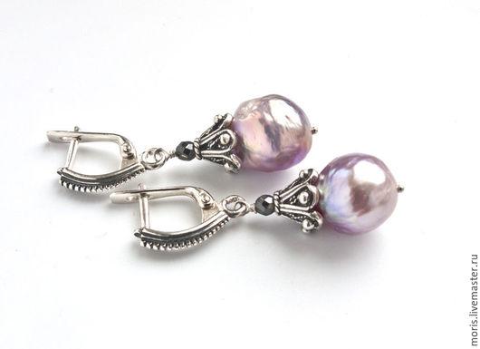 Небольшие серьги из великолепного жемчуга Kasumi-Like каплевидной формы и серебра, размер жемчужин 11 мм х 14 мм.