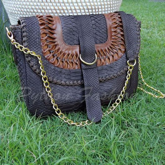 Сумочка из натуральной кожи питона. Дизайнерская сумочка из кожи питона на цепочке. Оригинальная сумочка кросс боди с декором. Необычная женская сумочка из питона. Красивая летняя сумочка из питона.