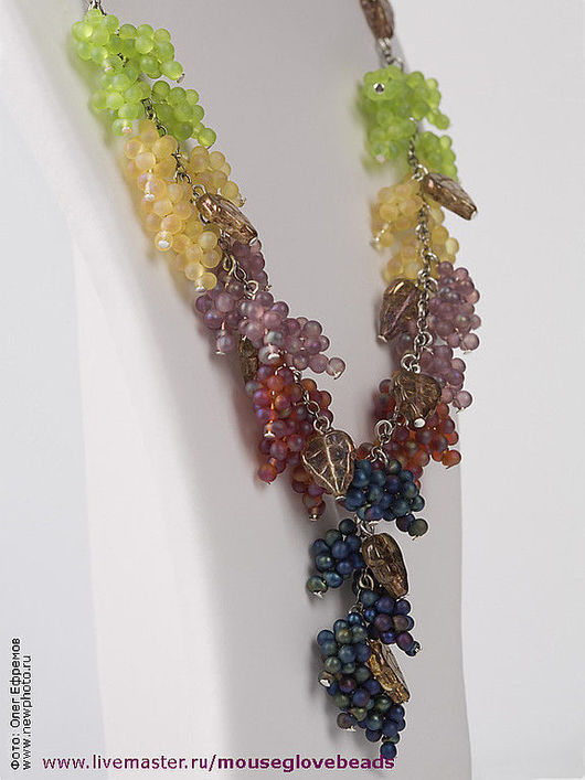 Колье и серьги с кисточками разноцветного винограда.