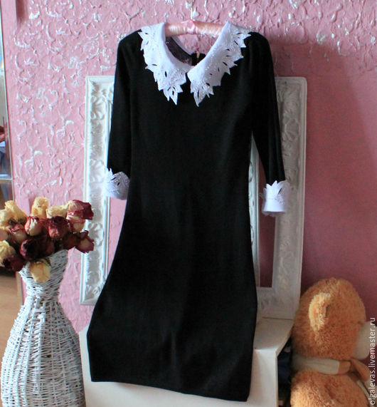 Воротничок и манжеты, в случае заказа в комплекте с платьем съемные,закреплены на маленьких кнопочках.