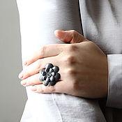 Украшения ручной работы. Ярмарка Мастеров - ручная работа Кольцо с цветком из серой кожи. Handmade.