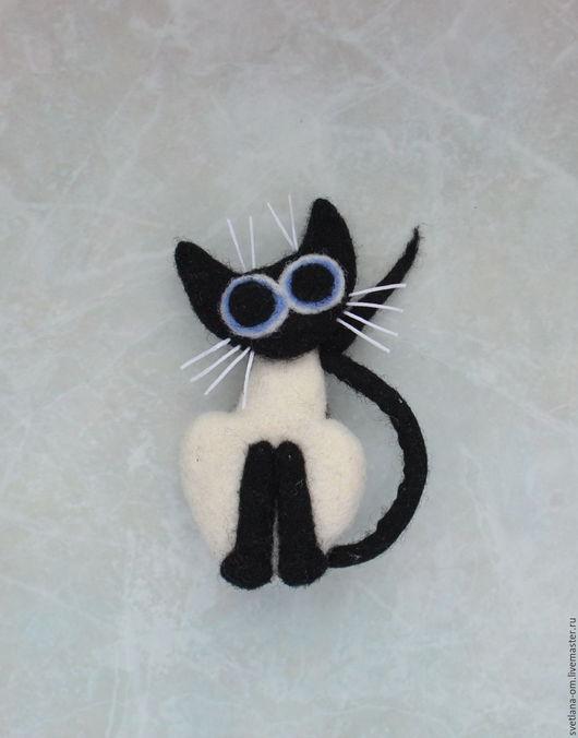 Сиамский кот, котик, котенок, брошь, брошка, ручная работа, веселая брошка, брошь ручной работы, оригинальное украшение, валяная брошь, кот ручной работы, кот в  подарок, забавный кот