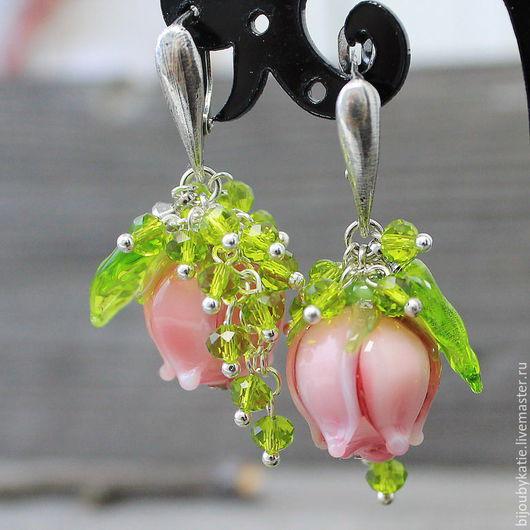Лэмпорк Серьги со стеклянными розами - бусинами ручной работы в технике лэмпворк. Бусины розы розово- рубинового оттенка с листочками ручной работы и чешскими бусинами сваровски