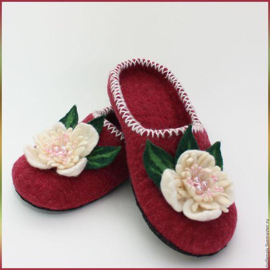 """Обувь ручной работы. Ярмарка Мастеров - ручная работа. Купить Тапочки """"Бордовые с белыми цветами"""". Handmade. Домашние тапочки, бордовый"""