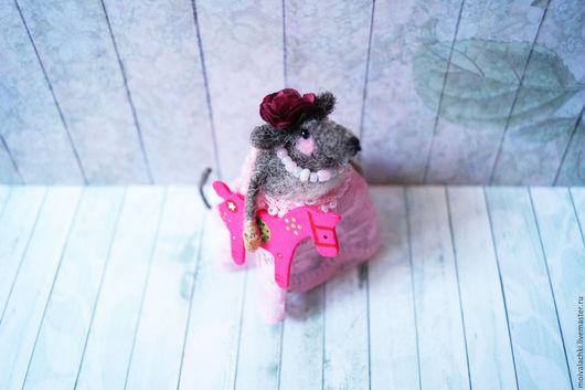 Миниатюра ручной работы. Ярмарка Мастеров - ручная работа. Купить Мышка с лошадкой. Handmade. Мышка, серый, мышка в подарок
