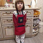 """Фартуки ручной работы. Ярмарка Мастеров - ручная работа Фартук новогодний детский """"Санта"""" на 3-7 лет. Handmade."""