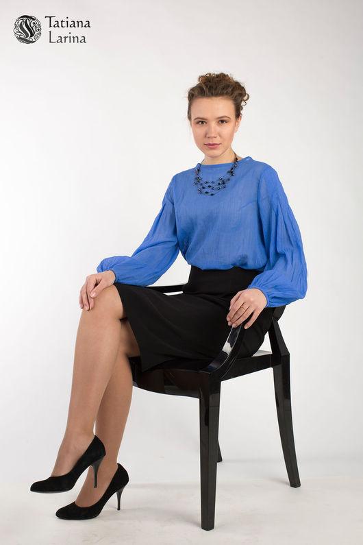 Нарядная блузка из яркого синего батиста отлично подойдёт для летнего офиса.