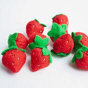 Кукольная еда ручной работы. Ярмарка Мастеров - ручная работа Клубника из фетра фрукты ягоды из фетра. Handmade.