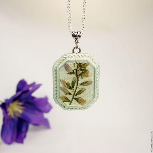 Кулон с настоящей веточкой с бутонами полевых цветков в ювелирной смоле из коллекции `Икебана`. Автор: Irina Zima.