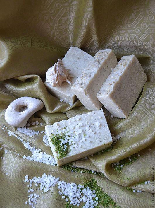 омыленные масла кокоса, оливки, Ши, кунжута, кукурузы. Обогащено отваром мяты, мелисы, маслом льна, солью Мертвого моря, водорослями Ламинарии.