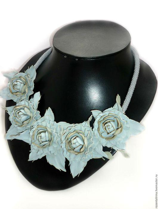 Колье `Новалис` выполнено:  цветы из натуральной итальянской Кожи (цветы не съёмные) и жгут  толщиной 8 мм из чешского бисера. Качественная металлическая фурнитуры цвета серебра.