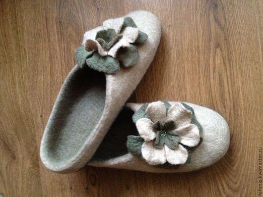Валяные домашние тапочки.Очень удобные.Обувь ручной работы.Подошва подшита натуральной замшей вручную.Не скользят,пятка и носок уплотненные.