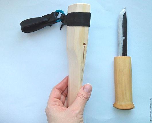 Ручка данного ножа пропитана маслом.  Нож сидит крепко и достается с усилием.