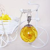 Украшения ручной работы. Ярмарка Мастеров - ручная работа Кулон сфера 25 мм с цветком желтого гелихризума в эпоксидной смоле. Handmade.
