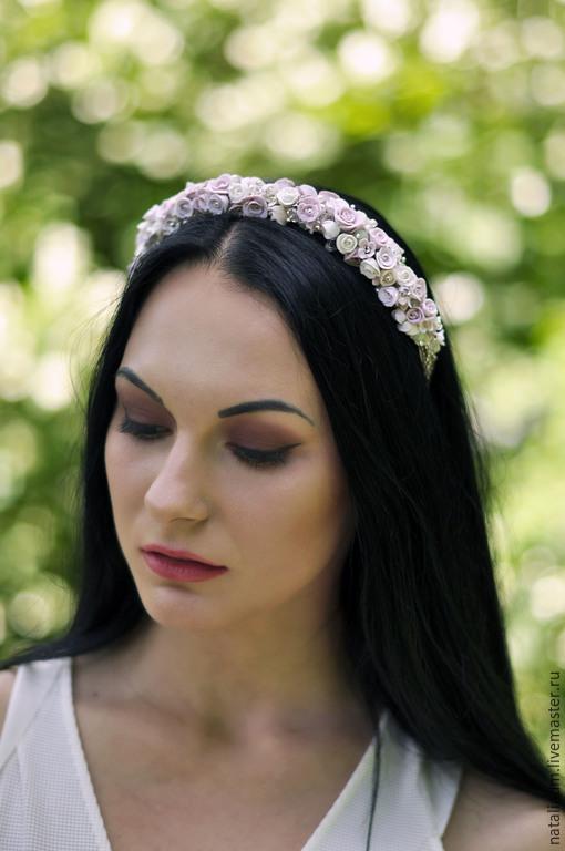 Ободок  украшен камнями и  цветами из полимерной глины `Розово -кремовый`; , стильный ,легкий ,компактный , подойдет к  выпускному,  повседневному ,вечернему ,свадебному наряду