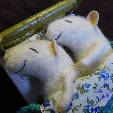 Куклы и игрушки ручной работы. Ярмарка Мастеров - ручная работа Игрушки: Мышки в кроватке. Handmade.