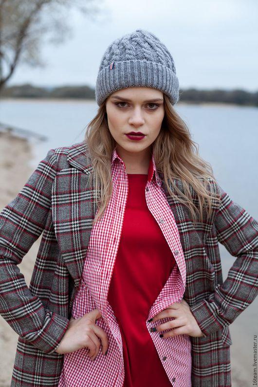 Теплая и стильная шапка с отворотом, на подкладке из флиса. Подойдет для разных по стилю комплектов. Хорошо сочетается, как с курткой, так и с пальто.