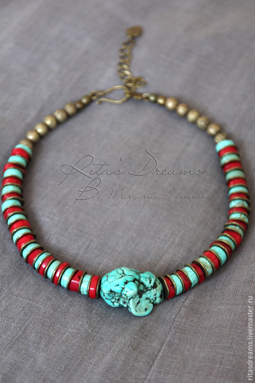 Spectacular turquoise and coral beads with a large nugget in the centre - a striking piece of jewelry with an ethnic touch.