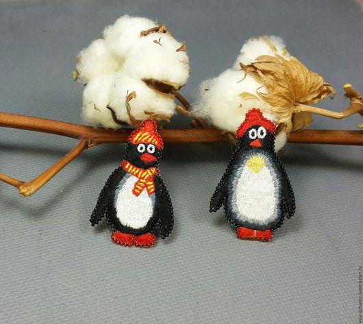 Броши ручной работы. Ярмарка Мастеров - ручная работа. Купить Вышитая брошь 'Пингвин'. Handmade. Чёрно-белый, алый, стиль