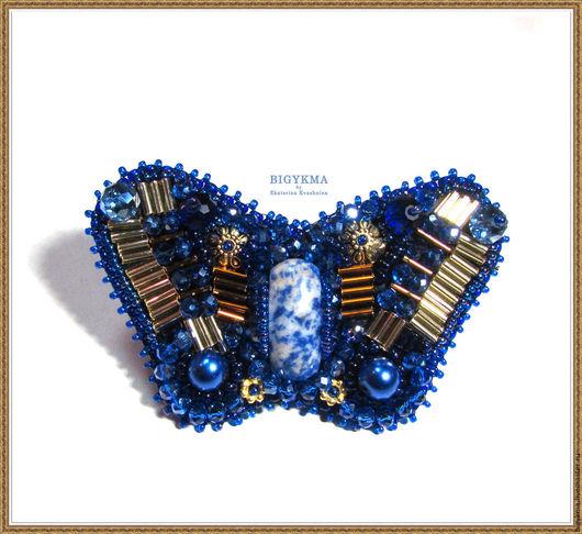 Брошь-бабочка с лазуритом. Выполнена в технике вышивка: чешским бисером и стеклярусом. По центру расположен натуральный камень лазурит.