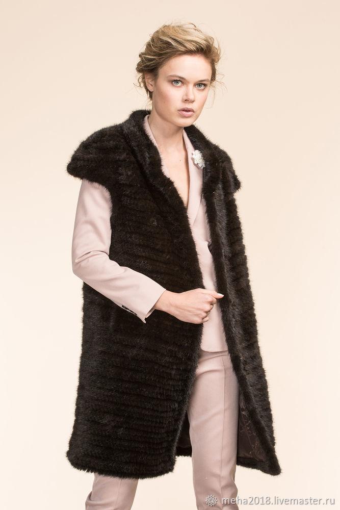 меховой жилет на пальто фото только