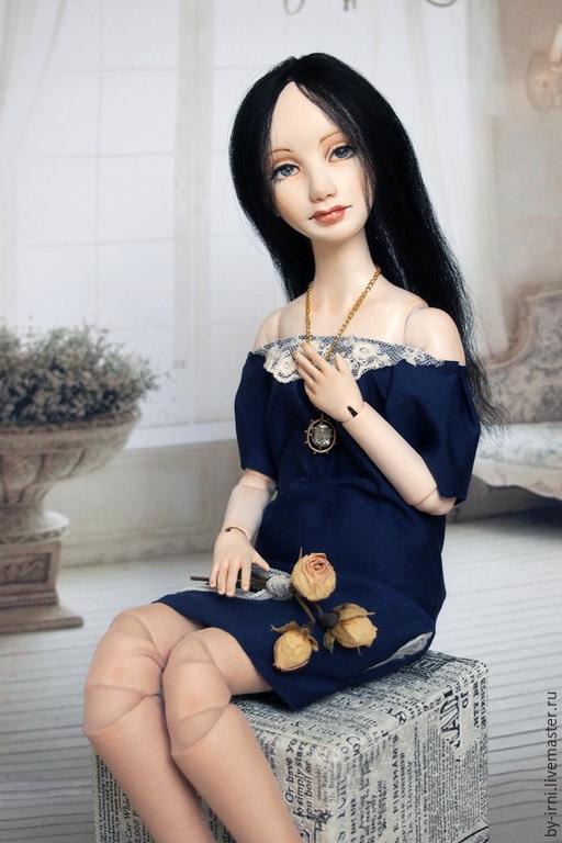 Анна романтичная девушка с ясными синими глазами. Любит весну, розы и пение птиц.