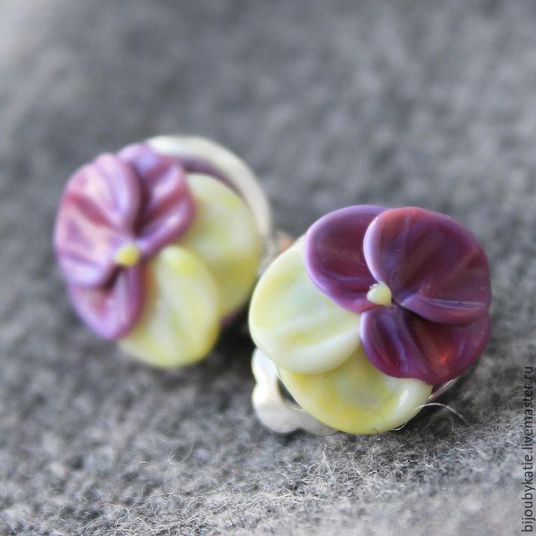 Серьги клипсы лэмпворк анютины глазки Очень нежные, маленькие серьги-клипсы  с бусинами лэмпворк анютины глазки Стеклянные цветы лэмпворк - на плоской основе, диаметр цветочков всего 15 мм