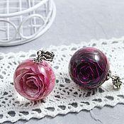 Кулон шар с розовой и фиолетовой розой в эпоксидной смоле