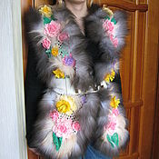 Одежда ручной работы. Ярмарка Мастеров - ручная работа Вязаный жилет Весна с натуральным мехом и цветами. Handmade.