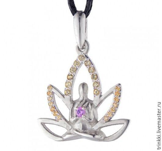 Кулон для любителей йоги объединяет ее основные символы:  Будду в одной из поз йоги и цветок лотоса.