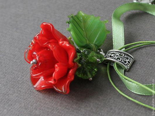 Кулон Подвеска Лэмпворк ручной работы - Алая роза  Эффектная и крупная подвеска лэмпворк - ярко красная роза.  Сама роза имеет 3 ряда объемных лепестков. Диаметр розы 35 мм, высота розы 25 мм