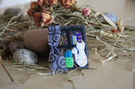 """Броши ручной работы. Ярмарка Мастеров - ручная работа. Купить Брошь """"...a за окошком первый снег"""". Handmade."""
