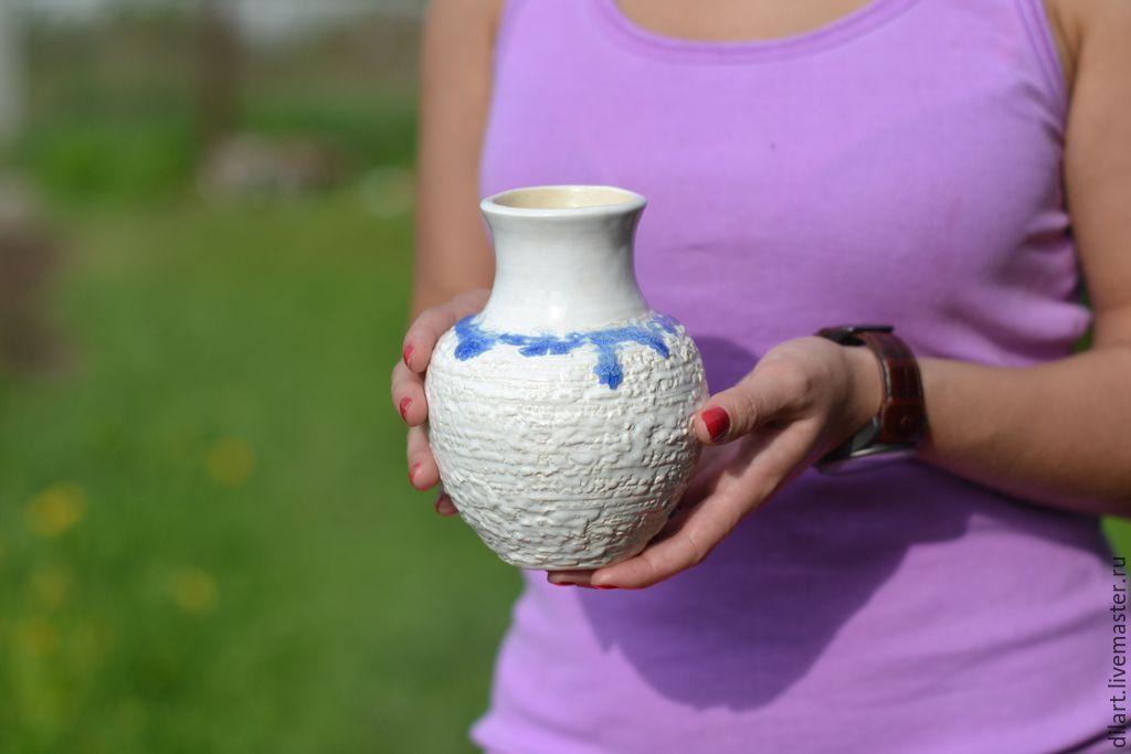 Керамическая белая ваза с синим ожерельем