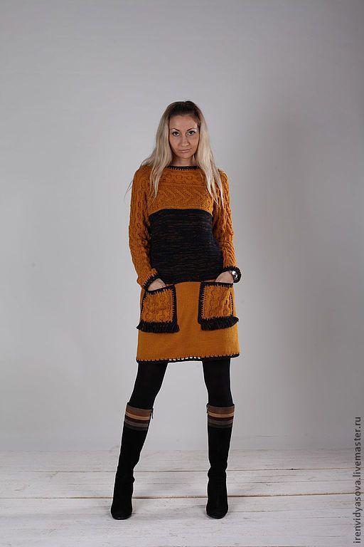 Платье комбинированной техники: основа - машинная вязка, верх и карманы - ручная работа. Приталенный силуэт, вытачки, края изделия обвязаны крючком.
