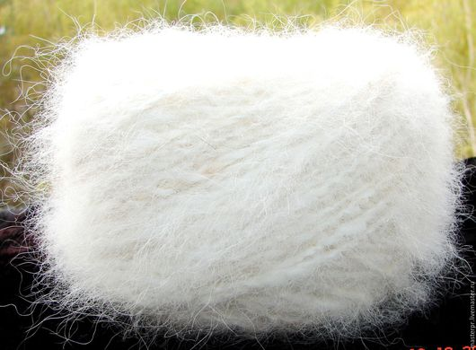 Пряжа «Белый Пушистик white» 110 метров 100 гр из пуха самоеда . Состав : 100% пух самоеда . Толщина пряжи – 110 метров  100 грамм  Цвет – белый  Пряжа отмыта экологично и находится в мотках .