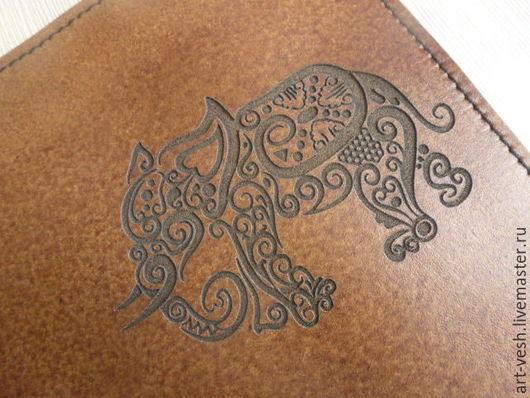 Обложка для  паспорта Слон. Кожаная обложка на паспорт.