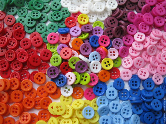 Маленькие пластиковые пуговки с дырочками на 4 прокола для шитья и отделки детской одежды, одежды для кукол и мишек, для развивающих игрушек и тактильных ковриков.