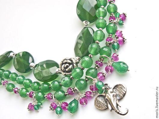 Яркий браслет, зеленый с малиновым, на три нити, полностью из серебра и натуральных камней, с красивым замочком, серебряной розочкой и серебряным слоником, приносящим счастье.