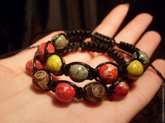 Раста-шамбала из бусин змеевика и красного и желтого варисцита и вулканическая шамбала из бусин красного варисцита и агата дзи.