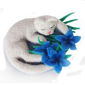 Украшения ручной работы. Ярмарка Мастеров - ручная работа Спящая кошка в синих цветах Брошь Сухое валяние. Handmade.