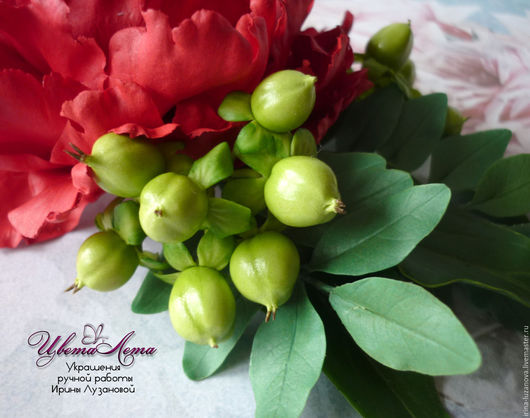 Заколка с красным пионом и ягодами гиперикума из полимерной глины