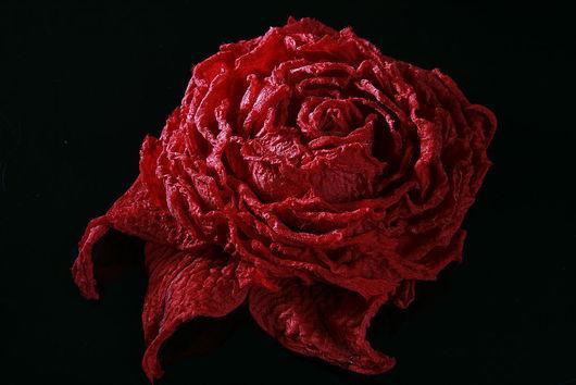 Броши ручной работы. Ярмарка Мастеров - ручная работа. Купить Красная роза из шелка. Handmade. Красная роза из ткани
