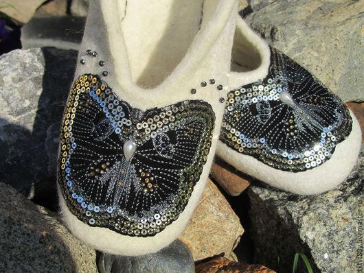 """Обувь ручной работы. Ярмарка Мастеров - ручная работа. Купить Тапочки валяные """"Бабочки на снегу"""". Handmade. Тапочки, тапки из шерсти"""