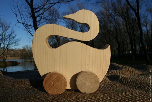 Лебедь-каталка деревянная игрушка ручной работы
